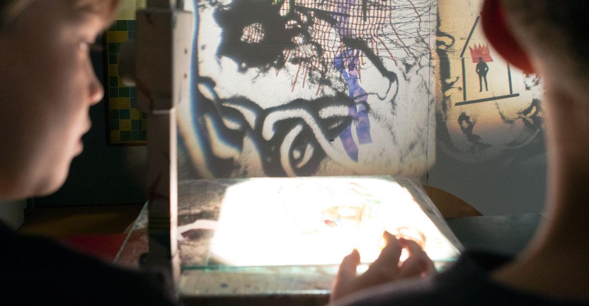 Kinderen maken lichtkunst met projector